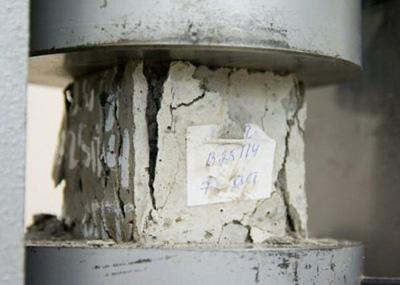 Образец бетона под прессом